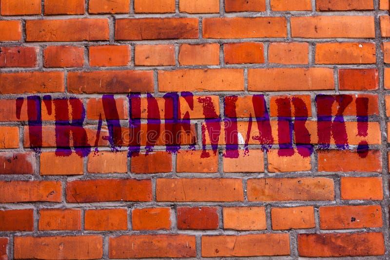 Знак текста показывая товарный знак Схематическое фото законно зарегистрировало кирпичную стену предохранения от интеллектуальной бесплатная иллюстрация