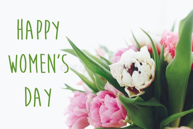 Знак текста дня счастливых женщин на красивом пинке и пурпурные двойные тюльпаны пиона в свете Международный день ` s женщин Стил стоковая фотография