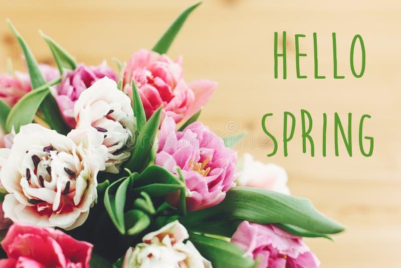 Здравствуйте знак текста весны на красивом двойном букете тюльпанов пиона в вазе на древесине Весеннее время Стильная флористичес стоковая фотография