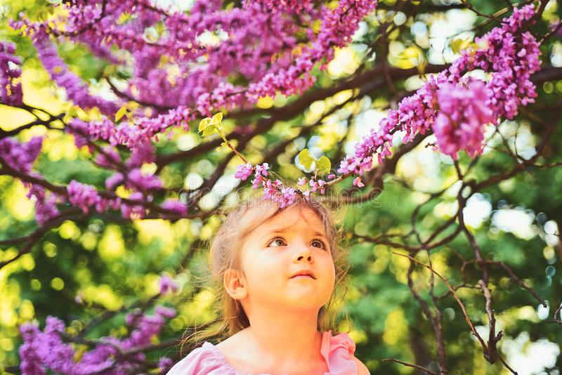 Здравствуйте! лето Мода девушки лета детство счастливое сторона и skincare цветки аллергии к Весеннее время Прогноз погоды стоковая фотография rf