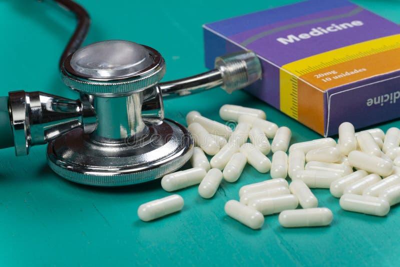 Здравоохранение медицинское и концепция болезни Таблетки и предпосылка медицинского оборудования с фальшивкой коробки лекарства п стоковое изображение rf