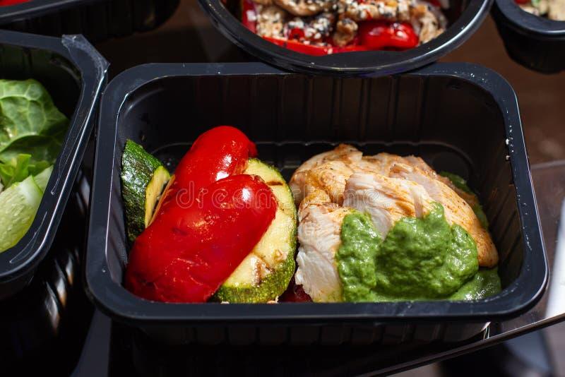 Здоровая еда и концепция диеты, поставка блюда ресторана стоковые фото