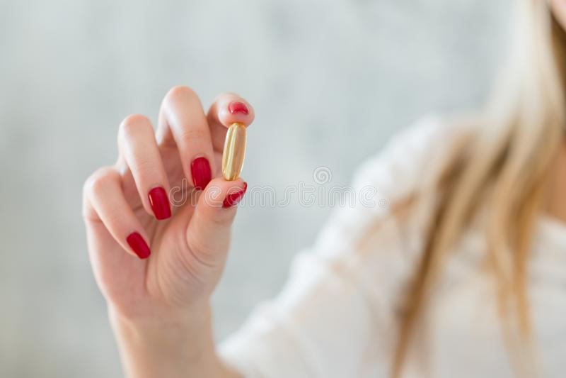 Здоровая женщина дополнений витамина таблетки питания стоковые фотографии rf