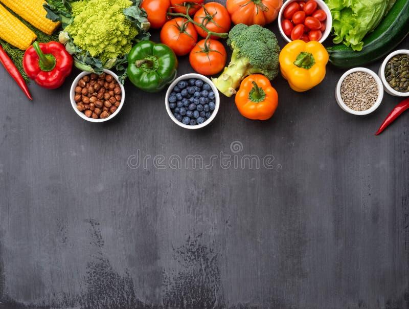 Здоровые ингредиенты еды: свежие овощи, плоды и superfood Питание, диета, концепция еды vegan стоковые изображения rf