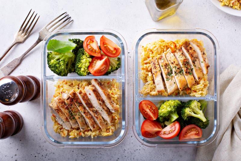 Здоровые контейнеры приготовления уроков еды с курицей с рисом стоковые изображения