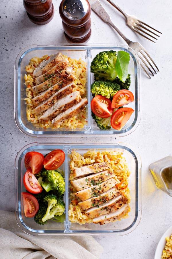 Здоровые контейнеры приготовления уроков еды с курицей с рисом стоковые фото