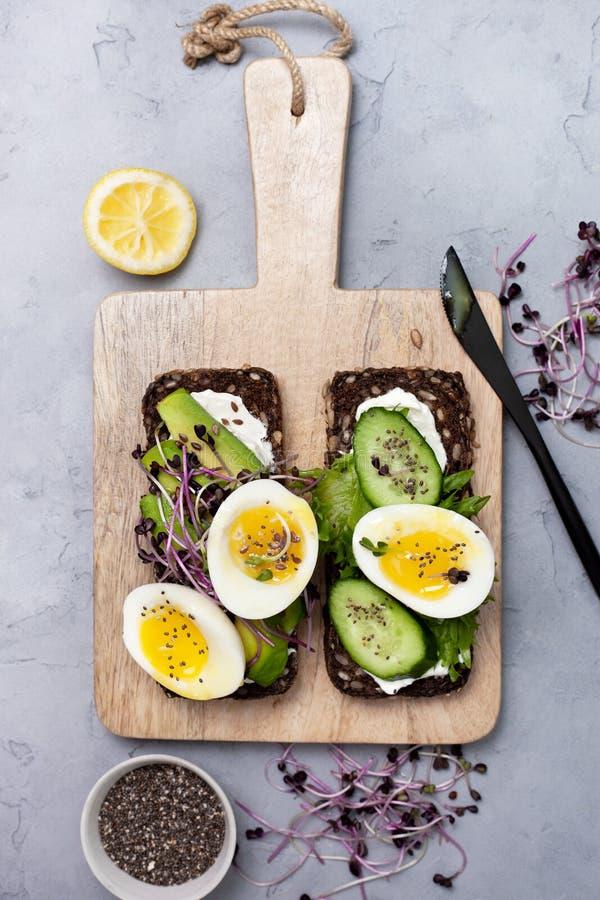Здоровый сэндвич завтрака с овощами и яйцами стоковая фотография