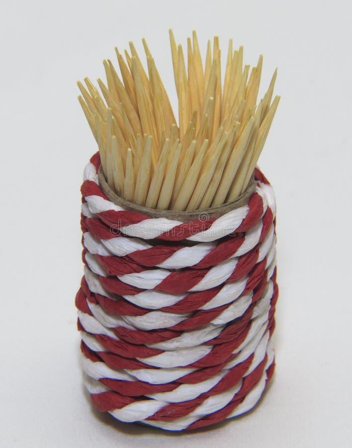 Зубочистки в плетеном опарнике на белой предпосылке стоковая фотография