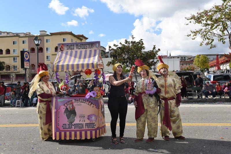 Зритель празднует с Chico McRooster во время китайского парада Нового Года в Лос-Анджелесе стоковое фото rf