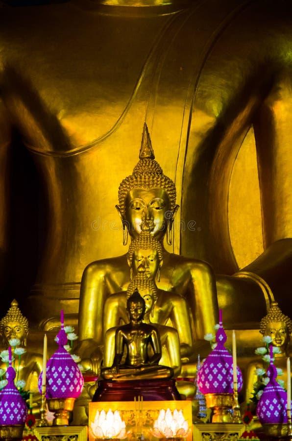 Золотая желтая статуя Будды сидя размышляя и моля стоковое фото rf