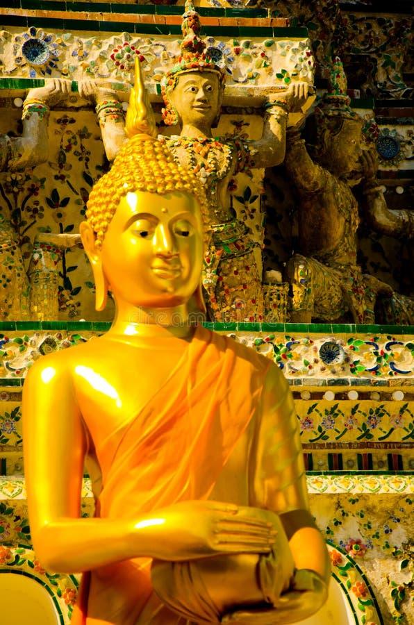 Золотая желтая статуя Будды сидя размышляя и моля стоковая фотография