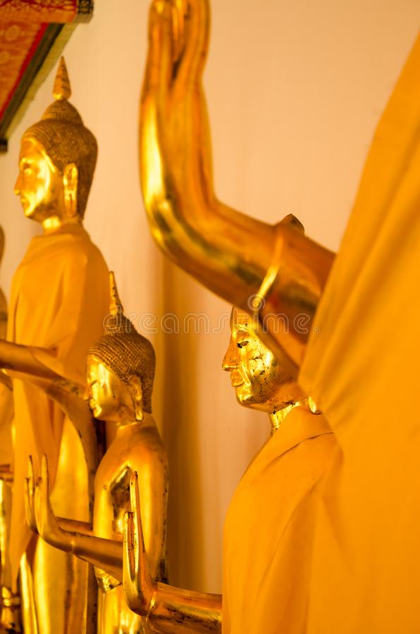 Золотая желтая статуя положения Будды размышляя и моля стоковая фотография