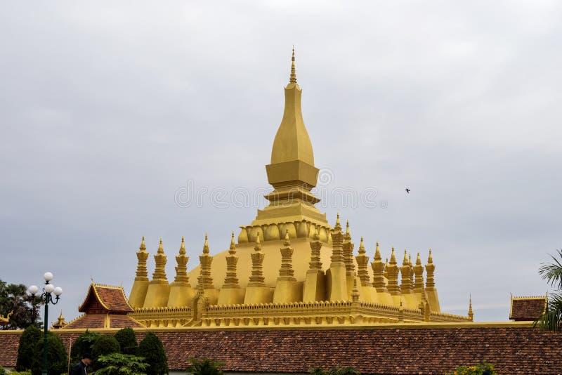 Золотая пагода на Wat Pha что висок Luang во Вьентьян, Лаосе стоковое изображение