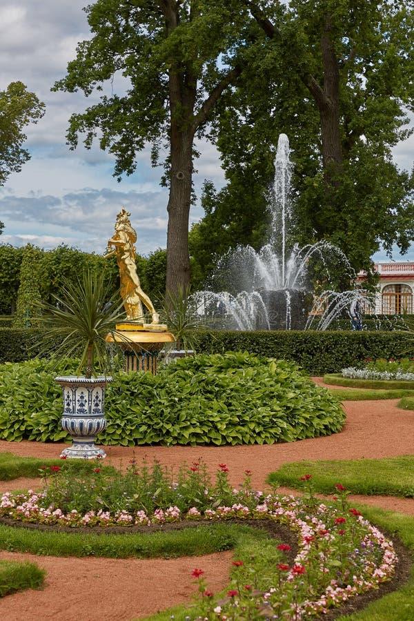 Золотая статуя на садах Peterhof, близко к Санкт-Петербургу в России стоковое фото