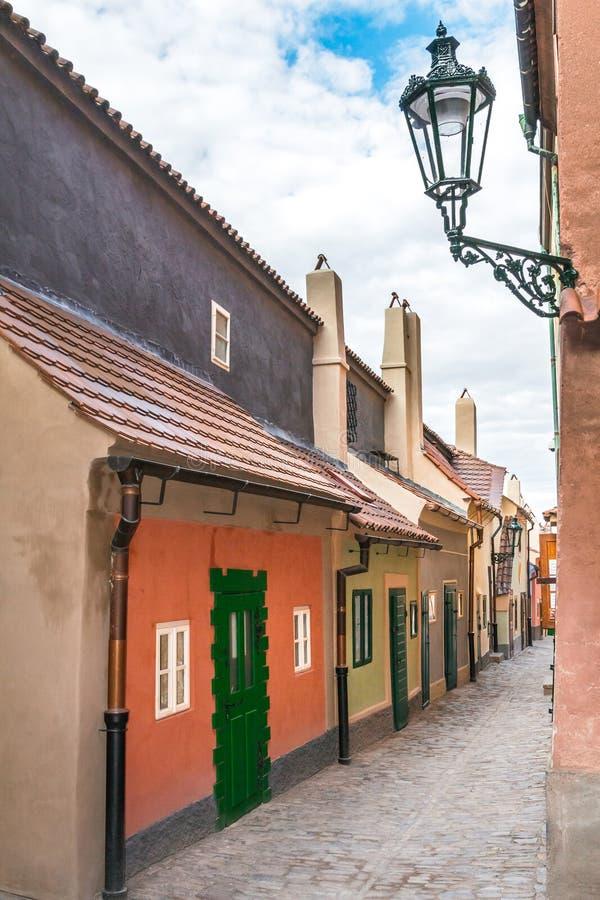 Золотая улица майны в Праге, чехии стоковое фото rf