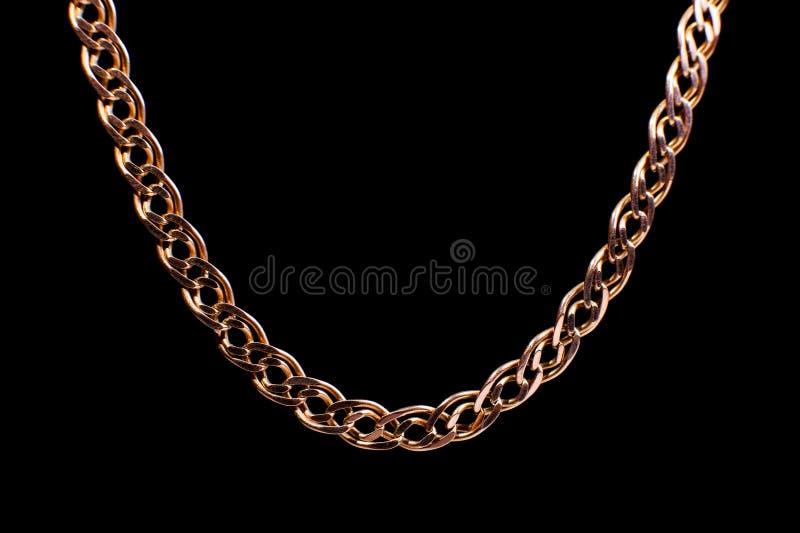 Золотая цепь сплетя не, на черной предпосылке Изолят, макрос, мягкий фокус стоковая фотография