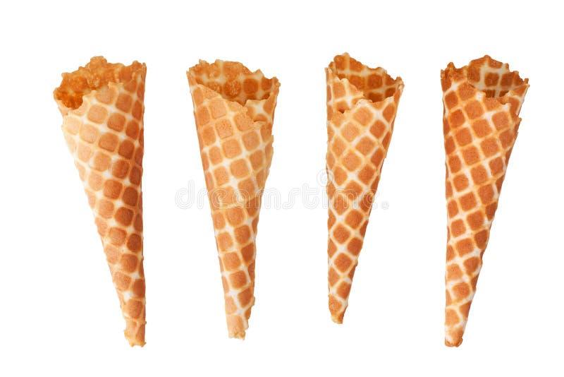 4 золотых хрустящих конуса вафли мороженого на белой изолированном предпосылкой взгляде сверху крупного плана стоковые фото