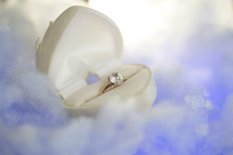 Золотое кольцо в коробке сердца стоковая фотография rf