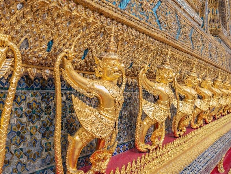 Золотое Garuda в виске Бангкоке Таиланде phrakaew wat Висок Wat Phrakeaw главный висок Бангкока стоковая фотография
