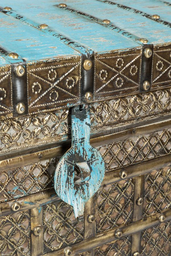Золотой и голубой античный индийский замок ящика для хранения стоковая фотография
