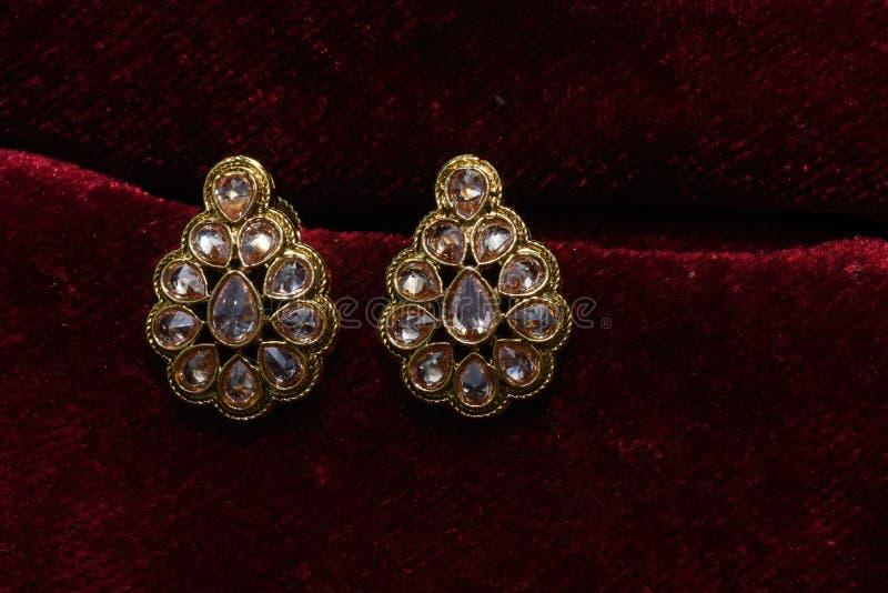 Золото покрыло ювелирные изделия - изображение макроса серег вычуры дизайнерское золотое стоковая фотография