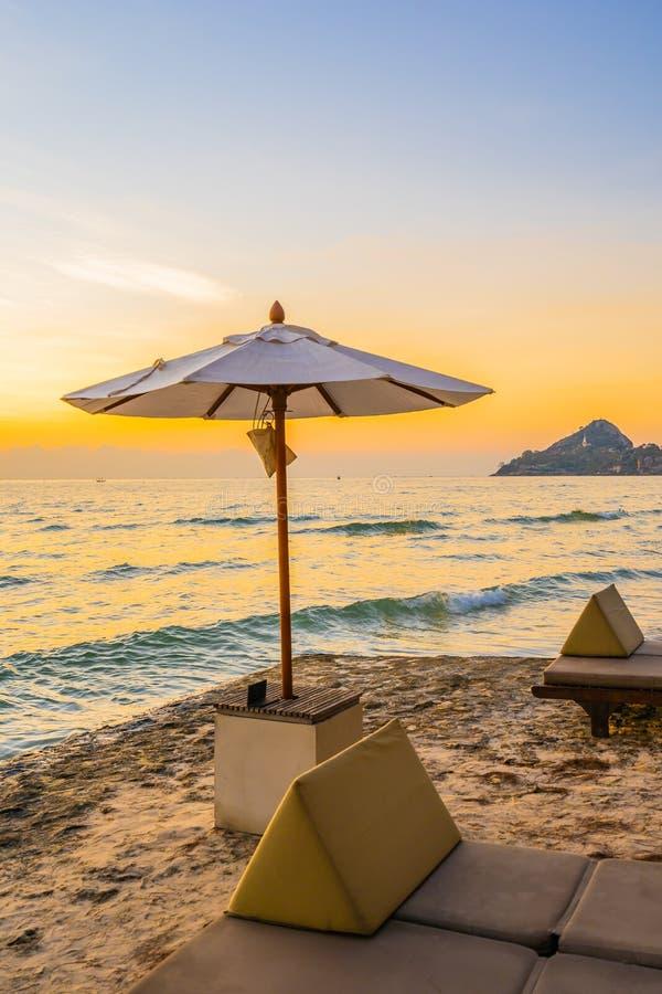 Зонтик и стул с подушкой вокруг красивого ландшафта пляжа и моря стоковая фотография rf
