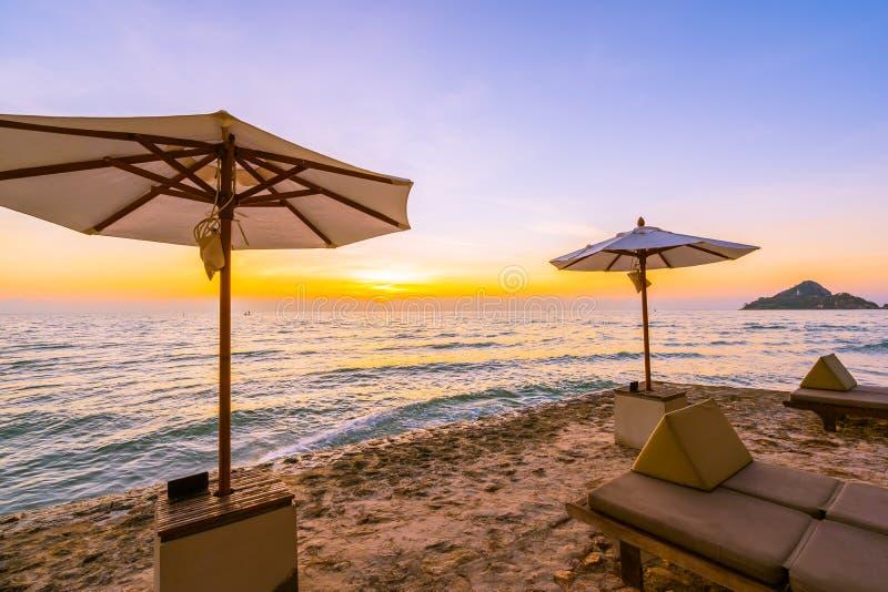 Зонтик и стул с подушкой вокруг красивого ландшафта пляжа и моря стоковые изображения