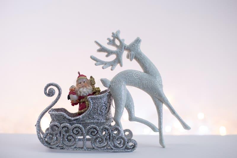 Игрушка Санта Клаус в серебряных санях стоковые фото