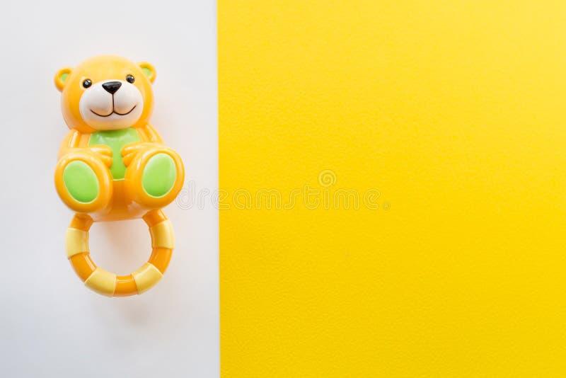 Игрушки детей обрамляют на белой и желтой предпосылке Взгляд сверху Плоское положение Скопируйте космос для текста стоковое изображение