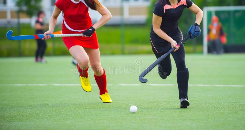 Игрок хоккея на траве, подготавливает для того чтобы передать шарик к ответной части команды стоковое фото rf