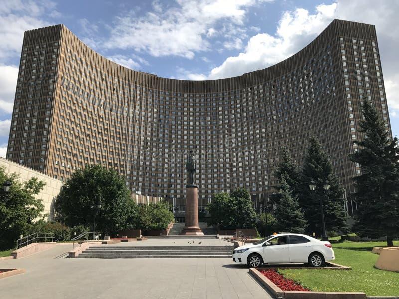 Известный космос гостиницы изогнутой формы с памятником Шарль де Голль стоковое изображение rf