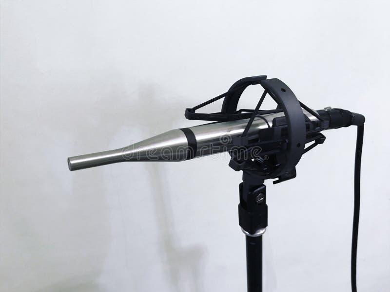 Измеряя микрофон на ядровой студии на белой предпосылке стоковое фото