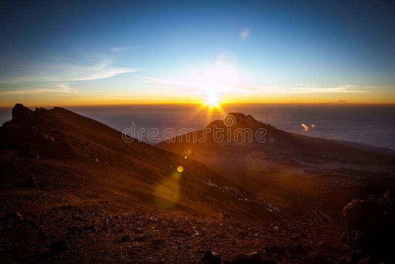 Изумляя взгляд к пику Mawenzi от пункта Стелла на восходе солнца стоковая фотография rf