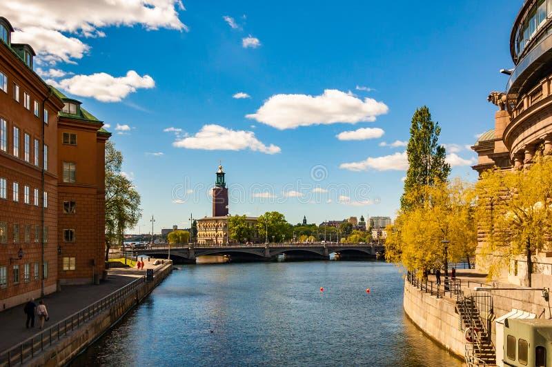 Изумляя взгляд на заливе Riddarfjardenv, мосте, городском пейзаже и башне городской ратуши Стокгольма, здании муниципального сове стоковые изображения