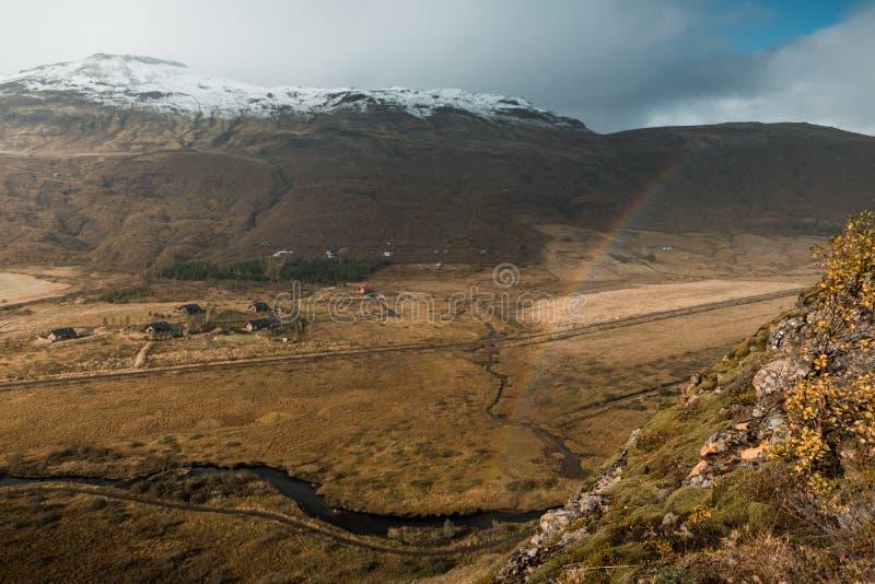 Изумляя нордический ландшафт, Исландия Перемещение и природа Высокогорная скала с радугой стоковые фото