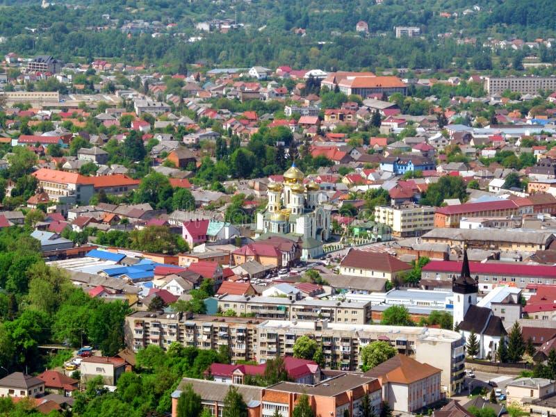 Изумляя панорама с висками маленького города Khust в Transcarpathia, воздушной стрельбе, взгляде сверху стоковые изображения rf