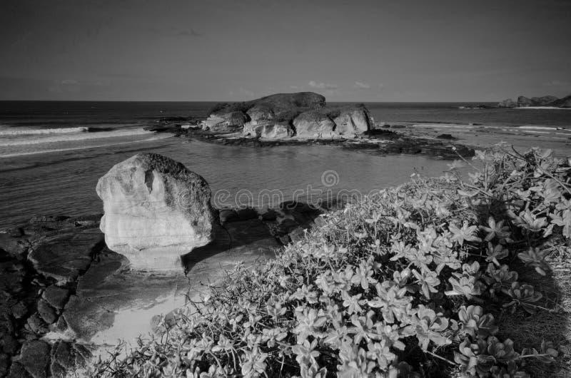 Изумляя остров Lombok изящного искусства черно-белый красивый во время восхода солнца на пляже Индонезии Batu Payung стоковые изображения rf