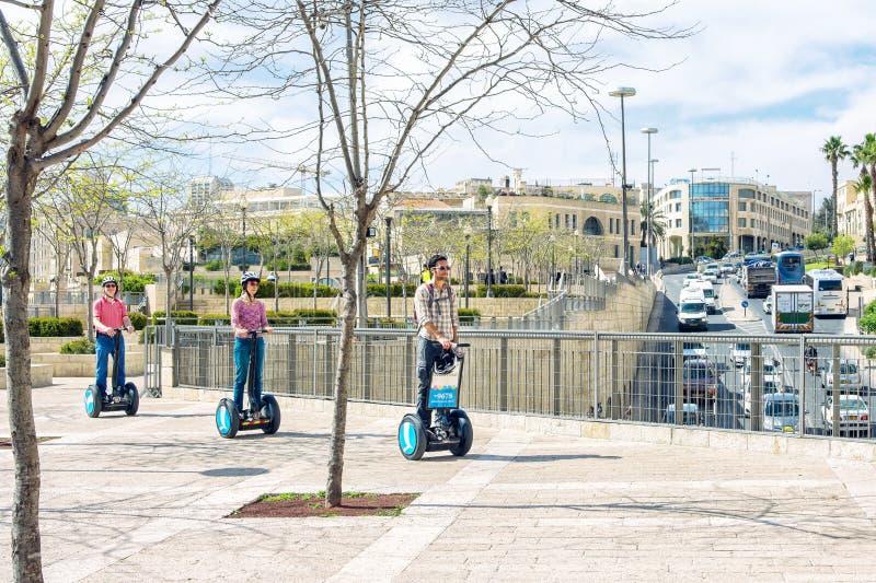 Израиль/Иерусалим - 03/23/2016: Группа путешествия двигает вокруг города на hoverboard segway стоковые фото