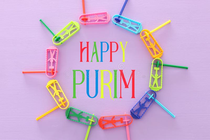 изображение взгляда сверху концепции торжества Purim & x28; еврейское holiday& x29 масленицы; над пурпурной предпосылкой Взгляд с стоковая фотография rf