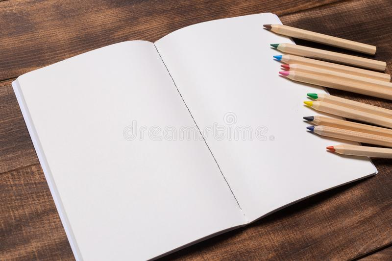 изображение взгляд сверху открытой тетради с пустыми страницами рядом с чашкой кофе на деревянном столе подготавливайте для модел стоковые фотографии rf