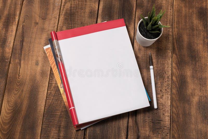 изображение взгляд сверху открытой тетради с пустыми страницами рядом с чашкой кофе на деревянном столе подготавливайте для добав стоковые изображения rf