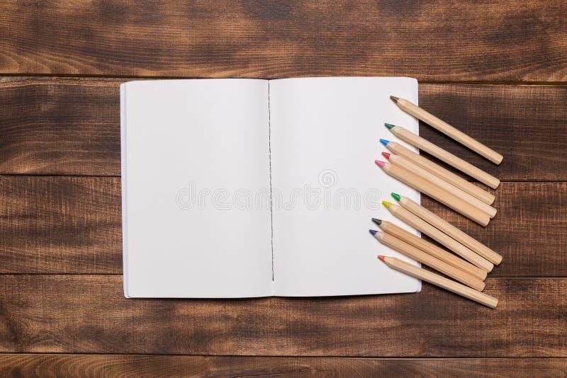изображение взгляд сверху открытой тетради с пустыми страницами рядом с чашкой кофе на деревянном столе Подготавливайте для добав стоковые изображения