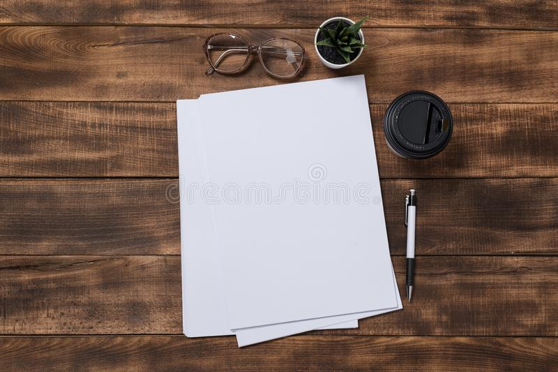изображение взгляд сверху открытой тетради с пустыми страницами рядом с чашкой кофе на деревянном столе Подготавливайте для добав стоковые фотографии rf