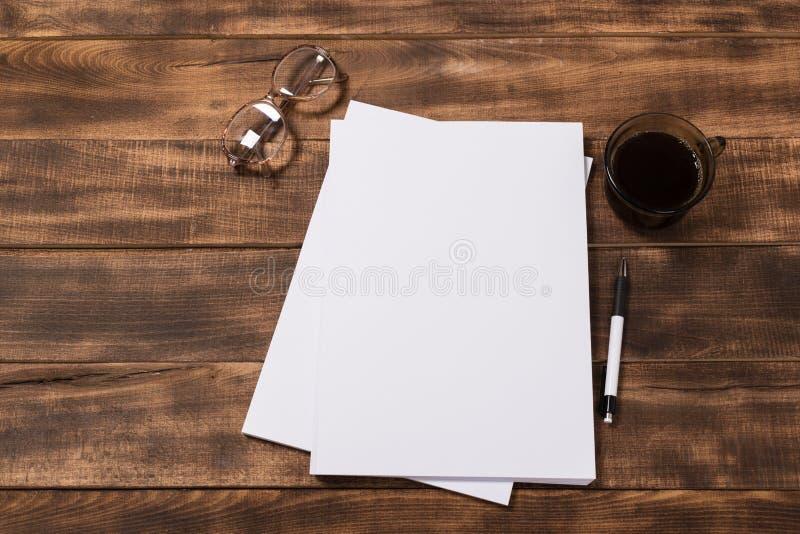 изображение взгляд сверху открытой тетради с пустыми страницами рядом с чашкой кофе на деревянном столе Подготавливайте для добав стоковое изображение