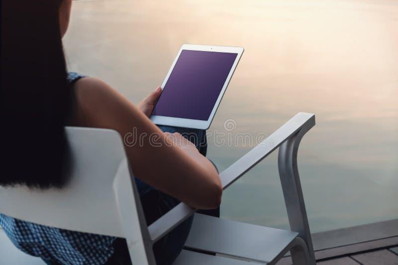 Изображение модель-макета планшета Экран дисплея закрепляя путь стоковое изображение rf