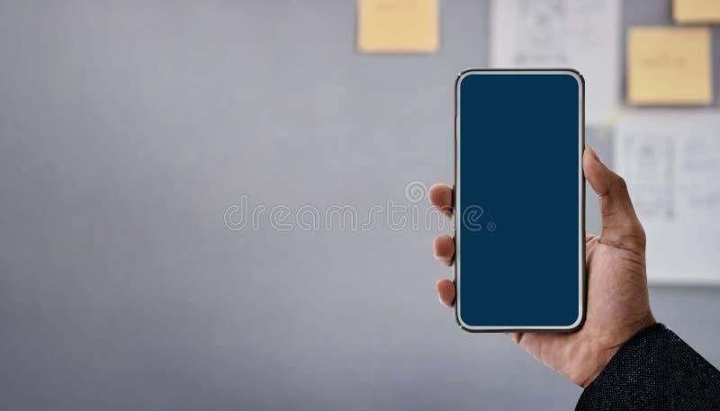 Изображение модель-макета Smartphone Экран дисплея закрепляя путь Современный бизнесмен используя мобильный телефон в офисе стоковое изображение