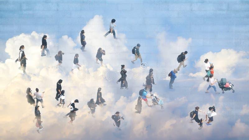 Изображение двойной экспозиции взгляда сверху прогулки людей на улице с отражением неба и облака Городская жизнь и природа концеп стоковые изображения rf