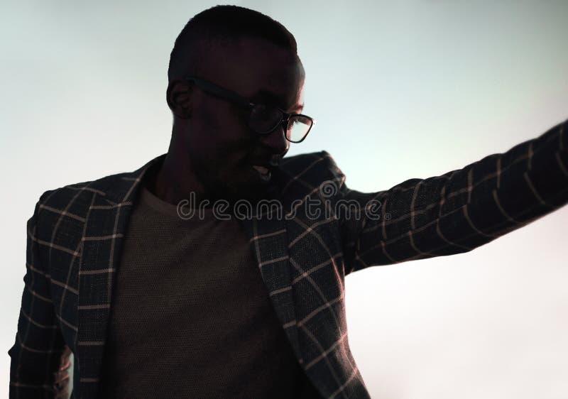 изображение энергии принципиальной схемы предпосылки бизнесмен стоя около окна стоковые изображения