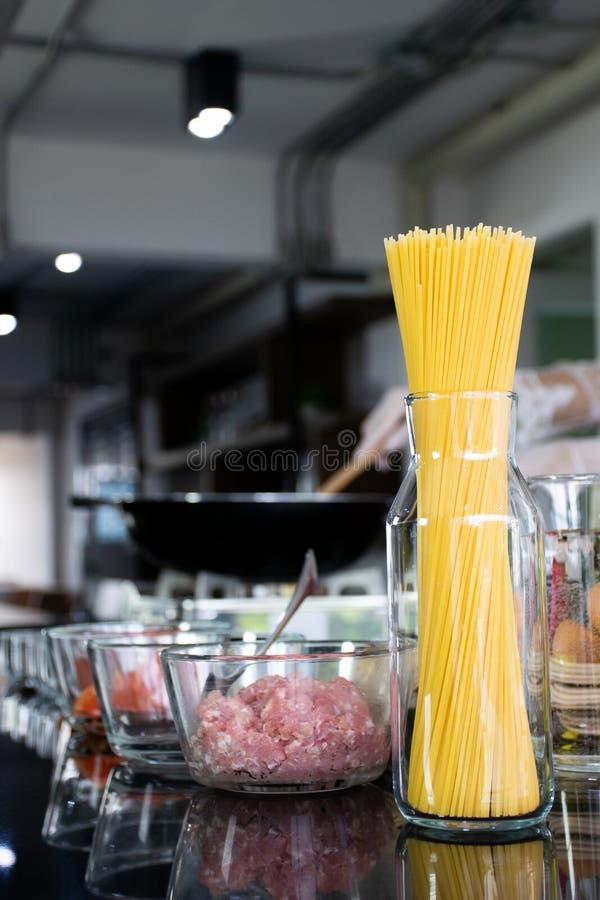 Ингредиент спагетти свинины с томатным соусом стоковое фото rf