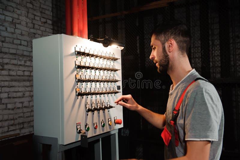 Инженер освещения регулирует света на этапе за кулисами стоковые фотографии rf
